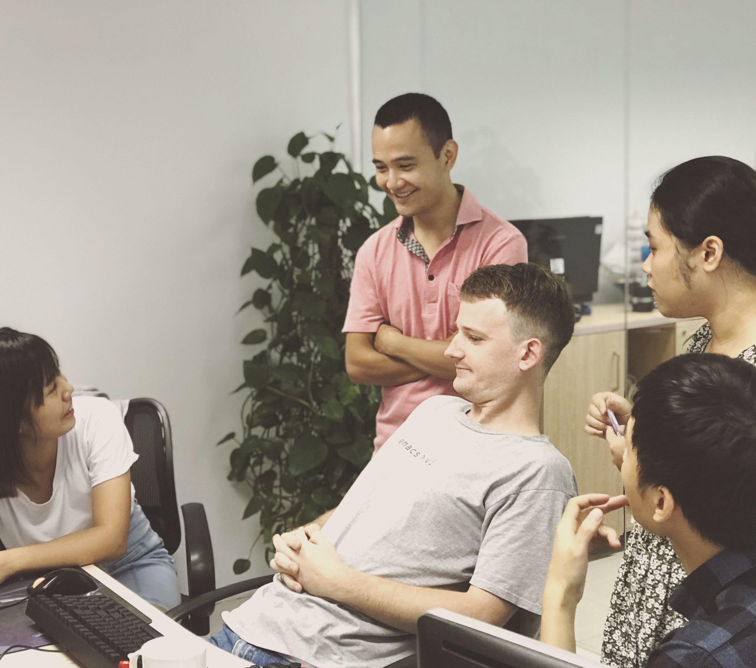 Daily meeting của nhóm dự án tại Sutunam